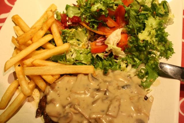 Steak met champignonsaus en frietjes