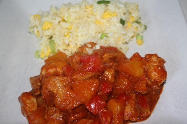 Kip in zoetzure saus met ananas en Chinese rijst